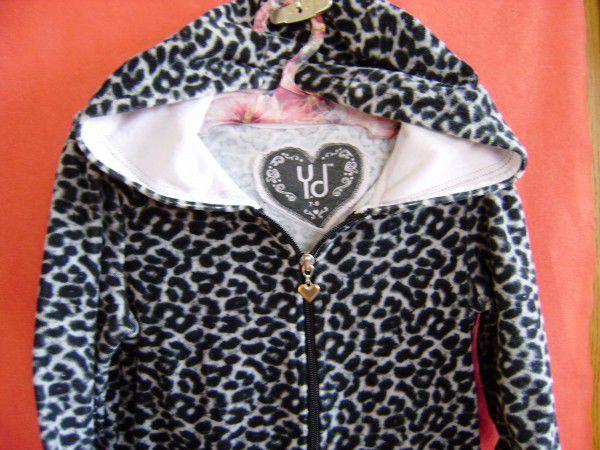 2. Снимка на Тигров суитчър в комплект с блуза